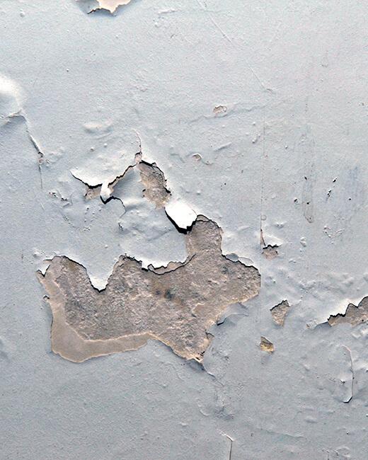 décollement du revêtement du mur